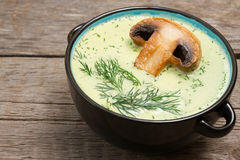 Sopa de creme do cogumelo com cogumelos seletivo Imagens de Stock