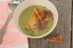Sopa de creme dos brócolis com brinde Imagem de Stock