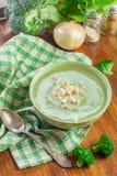 A sopa de creme dos brócolis na bacia verde serviu com pão torrado imagens de stock