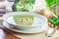A sopa de creme dos brócolis na placa serviu com pão torrado foto de stock royalty free