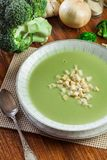 A sopa de creme dos brócolis na placa serviu com pão torrado fotografia de stock