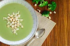 A sopa de creme dos brócolis na placa serviu com pão torrado fotos de stock royalty free