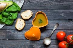 Sopa de creme dos espinafres com aspargo, fotografia de stock royalty free