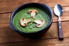 Sopa de creme dos espinafres decorada com os cogumelos horizontais Imagens de Stock
