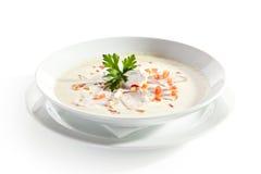 Sopa de creme em uma bacia no fundo branco fotografia de stock royalty free