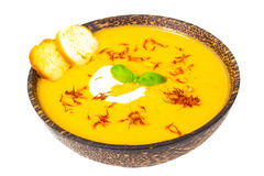 Sopa de creme vegetal com açafrão e pão torrado no backgrou branco Imagem de Stock