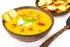 Sopa de creme vegetal com açafrão e pão torrado no backgrou branco Fotografia de Stock
