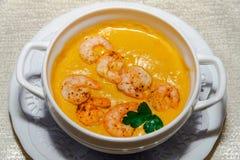 Sopa de creme vegetal com camarões e pão torrado Imagens de Stock