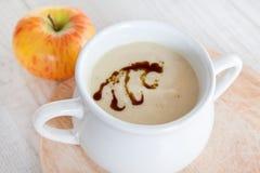 Sopa de creme vegetal da maçã do aipo na bacia branca Imagens de Stock