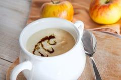 Sopa de creme vegetal da maçã do aipo na bacia branca Fotos de Stock Royalty Free