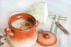 Sopa de creme vegetal da maçã do aipo na bacia marrom Foto de Stock