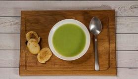 Sopa de creme verde com pão torrado Fotografia de Stock