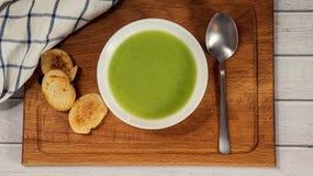 Sopa de creme verde com pão torrado Fotografia de Stock Royalty Free