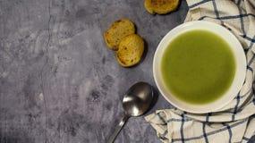 Sopa de creme verde do aipo com pão torrado, espaço da cópia para o texto Foto de Stock Royalty Free