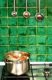 Sopa de ebulição no potenciômetro Foto de Stock