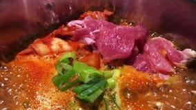 Sopa de ebullición de Kimchi Chigae de la carne de vaca en pote caliente almacen de video