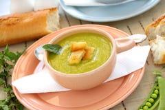 Sopa de ervilha com fritos de pão Fotografia de Stock
