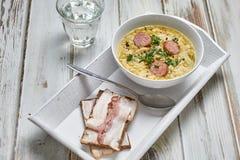 Sopa de ervilha com pão fumado da salsicha e de centeio com bacon Imagem de Stock