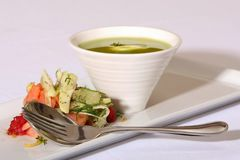 Sopa de ervilha verde do gourmet fotografia de stock