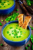 Sopa de ervilha verde no fundo rústico de madeira Fotografia de Stock