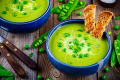 Sopa de ervilha verde no fundo rústico de madeira Imagem de Stock Royalty Free
