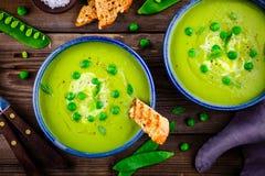 Sopa de ervilha verde no fundo rústico de madeira Foto de Stock