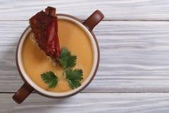 Sopa de ervilhas maduras amarelas com carne fumado. fotos de stock royalty free
