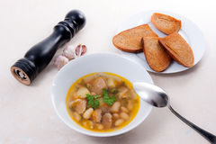 A sopa de feijão na placa branca com colher do metal, diversas brinda no whit Fotografia de Stock