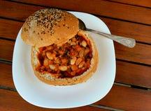 Sopa de feijão no pão caseiro das sementes Imagem de Stock