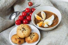 Sopa de feijão, pastelaria e tomate de cereja Fotos de Stock