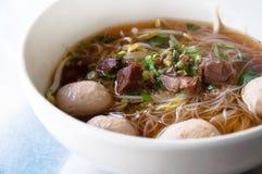 sopa de fideos ancha del arroz con las verduras y la carne de vaca Imagenes de archivo