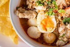 Sopa de fideos asiática con la bola asada del cerdo y de pescados, SP tailandés del estilo Foto de archivo