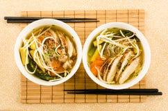 Sopa de fideos asiática del pollo con los tallarines, los brotes del haz y v de cristal Fotografía de archivo libre de regalías