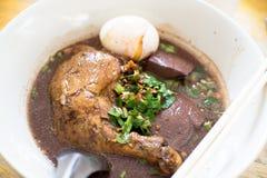 Sopa de fideos cocida tailandesa del pollo del primer imágenes de archivo libres de regalías