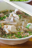 Sopa de fideos de Vietnames en cuenco Imagenes de archivo