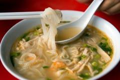 Sopa de fideos del arroz con el pollo destrozado fotos de archivo libres de regalías