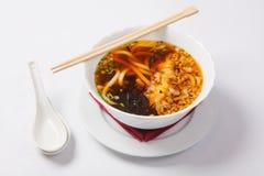 Sopa de fideos japonesa de los ramen en el cuenco profundo imagen de archivo libre de regalías