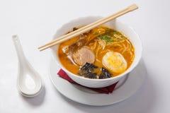 Sopa de fideos japonesa de los ramen en el cuenco profundo foto de archivo