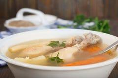 Sopa de fideos sana hecha en casa del claro del pollo - caldo imagenes de archivo