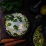 Sopa de fideos tailandesa del pollo, aún vida cambiante oscura Fotos de archivo libres de regalías