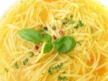 Sopa de galinha com macarronetes e temperos Fotos de Stock Royalty Free