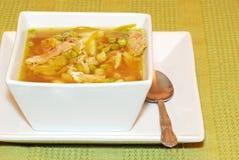 Sopa de galinha em uma bacia quadrada Fotos de Stock Royalty Free
