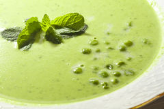 Sopa de guisante verde con la menta Fotografía de archivo libre de regalías