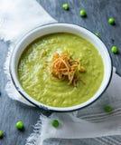 Sopa de guisante verde fresca imagenes de archivo