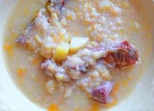 Sopa de guisantes con la carne ahumada Fotografía de archivo libre de regalías