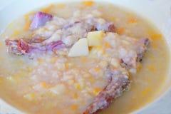 Sopa de guisantes con la carne ahumada Fotografía de archivo