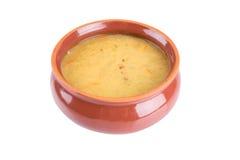 Sopa de guisantes fresca tradicional en un cuenco Fotos de archivo libres de regalías