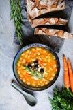 """Sopa de habas blancas griega deliciosa del †de Fasolatha """" imagen de archivo"""