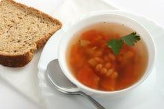Sopa de habas con perejil y pan Imagen de archivo