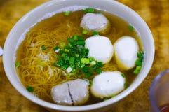 Sopa de Hong Kong Fish Ball Noodle com chalotas na parte superior fotografia de stock royalty free